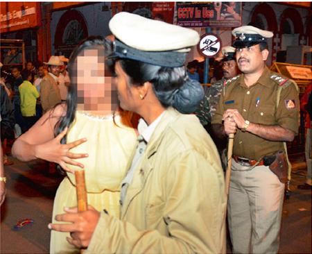 drunken-men-grope-women3 - Bangalore night of shame